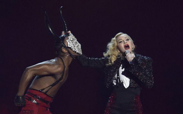 Luego de la caída, la cantante continuó con su show sin inmutarse. Foto: REUTERS