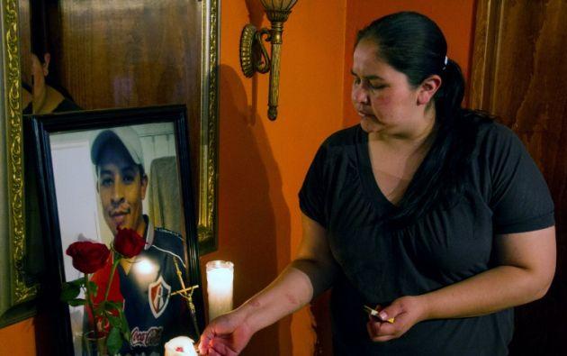 Nohemí García observa un retrato de su hermano Rubén. Foto: AFP