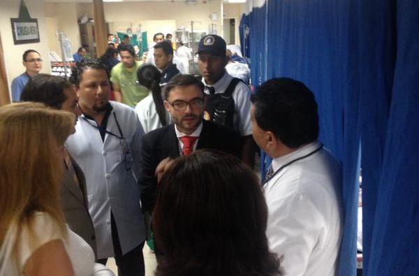 Gonseth en uno de los recorridos por el hospital del Seguro. Foto: IESS