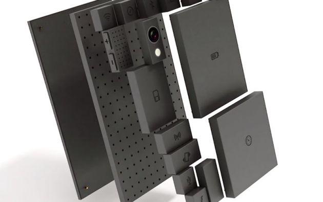 La idea se basa en el Phoneblock, al que se le añaden módulos como pantalla, batería, cámara, sensores, 3G, WI-FI, etcétera.