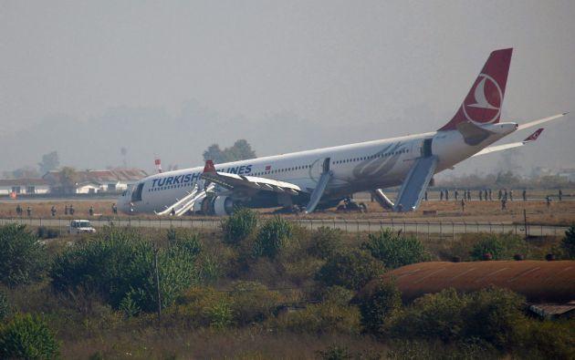 El avión de Turkish Airlines se salió de la pista poco después de aterrizar. Foto: REUTERS