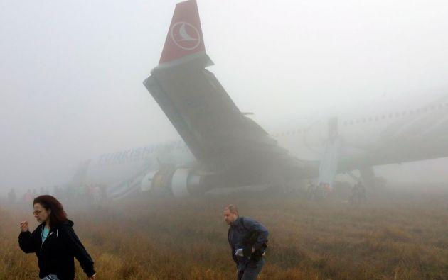 Los pasajeros fueron evacuados bajo la lluvia y la niebla. Foto: REUTERS