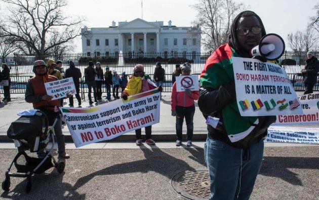 Un grupo de manifestantes protestan en contra del grupo Boko Haram en las afueras de la Casa Blanca en Washington. Foto: AFP