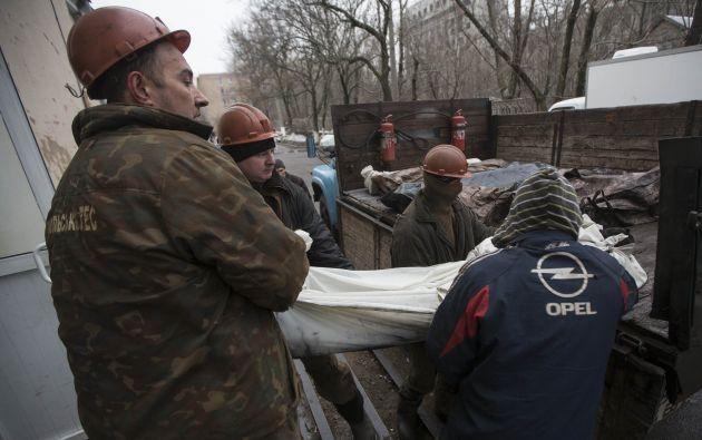 Los equipos de rescate remontan los cuerpos a la superficie. Foto: REUTERS