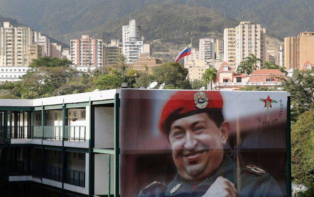 Una foto gigante de Chávez fue colocada en la fachada de un edificio en Caracas. Foto: REUTERS