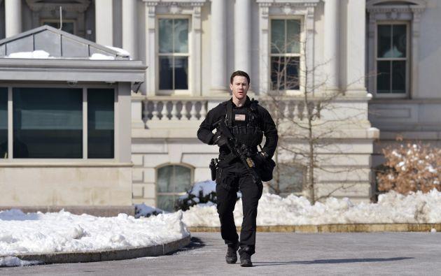 Un oficial del Servicio Secreto indica a la pensa que retornen a la sala de prensa previo a la partida de Barack Obama. Foto REUTERS