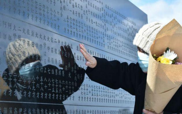 Una mujer acude al monumento a las víctimas ubicado la zona costera del distrito Arahama en Sendai, prefectura de Miyagi.