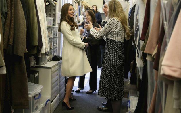 La duquesa de Cambridge visitó el sitio donde se confecciona el vestuario de la serie. Foto: REUTERS