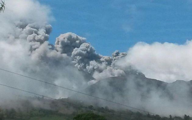 Según el Observatorio Vulcanológico y Sismológico, una de las cuatro erupciones llegó a lanzar una nube de humo de un kilómetro de altura. Foto: The Tico Times