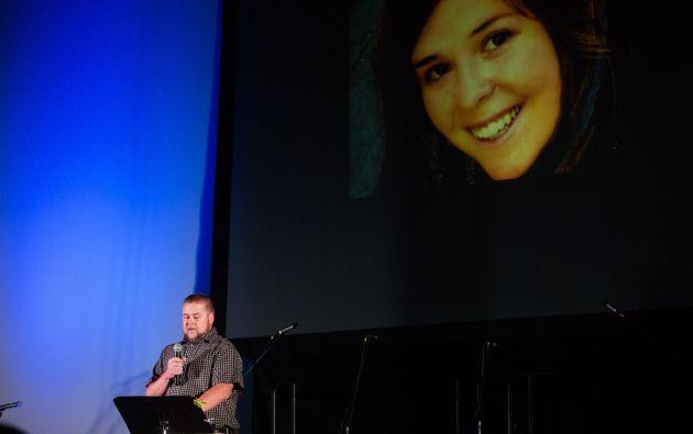El hermano de Kayla Mueller lee un poema en una vigilia por ella, realizada el pasado 18 de febrero. Foto: Archivo / REUTERS