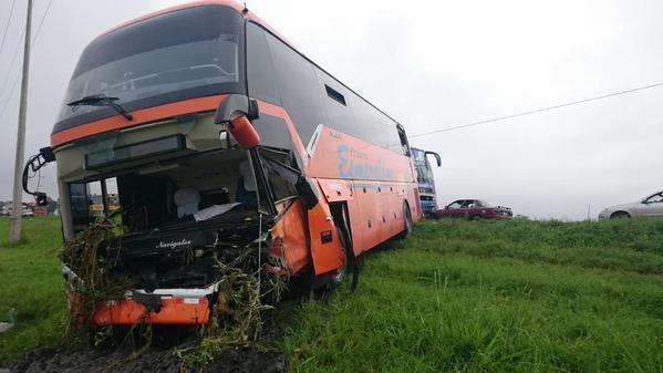 El choque fue entre un bus de Transportes Esmeraldas y un auto marca Kia. Fotos: Twitter