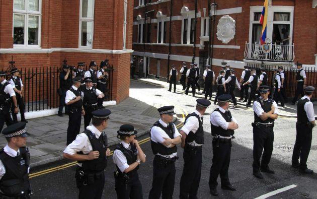 Decenas de agentes vigilaban la embajada ecuatoriana en Londres luego de que Assange se refugiara. Foto: REUTERS