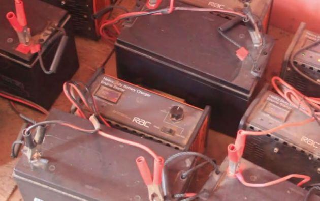 Los habitantes pueden dotarse de una batería que permite el funcionamiento de algunas lámparas y recargar los teléfonos por un monto de 500 cedis (unos 130 euros).