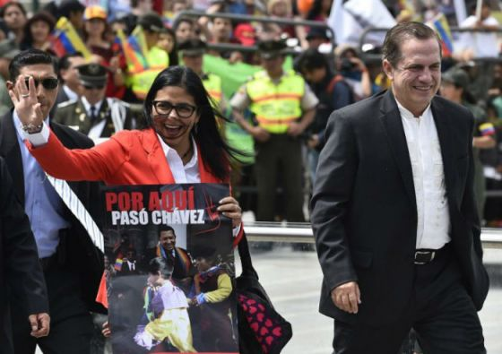El canciller Patiño junto a su homóloga venezolana, Delcy Rodríguez. Foto: AFP