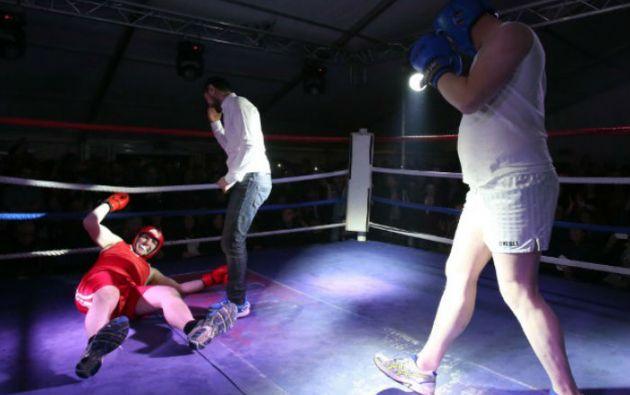 Pierre 'Jalapeño' Pepper tira a la lona a su oponente Jared 'The Artful Dodger' Madden. Foto: AFP