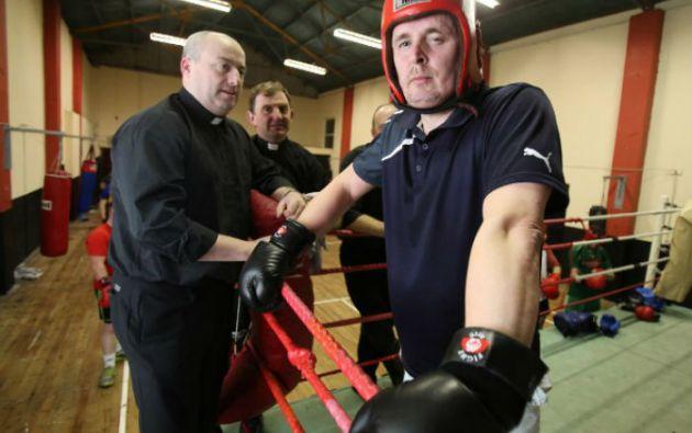 El cura-boxeador durante una sesión de entrenamiento en la localidad irlandesa de Banagher. Foto: AFP