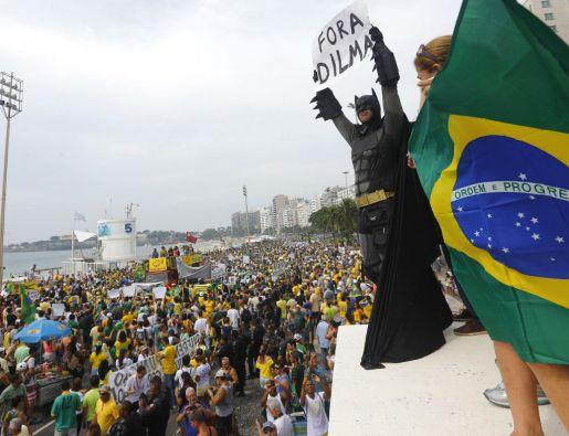 """Un manifestante vestido como Batman sostiene un cartel que dice """"Fuera Dilma"""". Foto: REUTERS"""