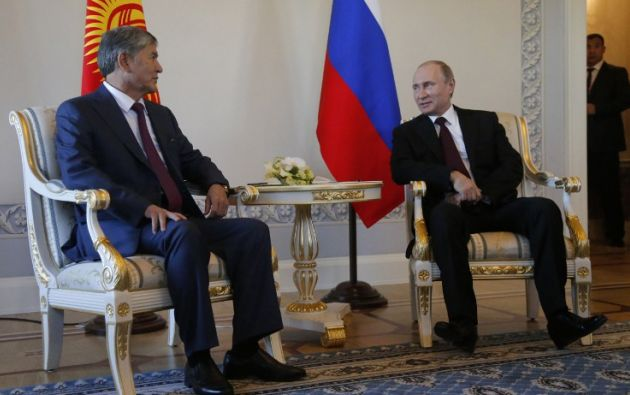 Con el presidente kirguís, Almazbek Atambayev. Foto: AFP