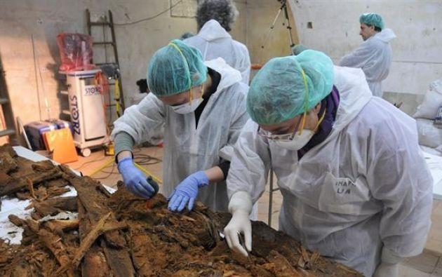 En enero pasado, el equipo que buscaba sus restos en la iglesia de las Trinitarias de Madrid, encontró en uno de los nichos un féretro en mal estado con las iniciales M.C. Foto: Ayuntamiento de Madrid.