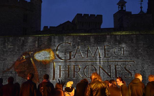 Fans esperando el inicio de la premiere mundial de la quinta temporada de Game of Thrones, en la Torre de Londres. Foto: REUTERS.