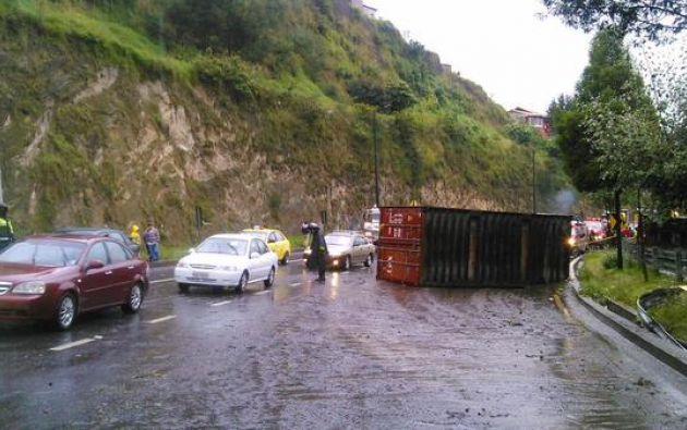 Las autoridades dispusieron el cierra de tres carriles para realizar los trabajos de limpieza de la calzada.
