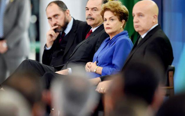 La presidenta Dilma Rousseff junto a varios funcionarios durante el anuncio de un paquete de medidas contra la corrupción. Foto: AFP
