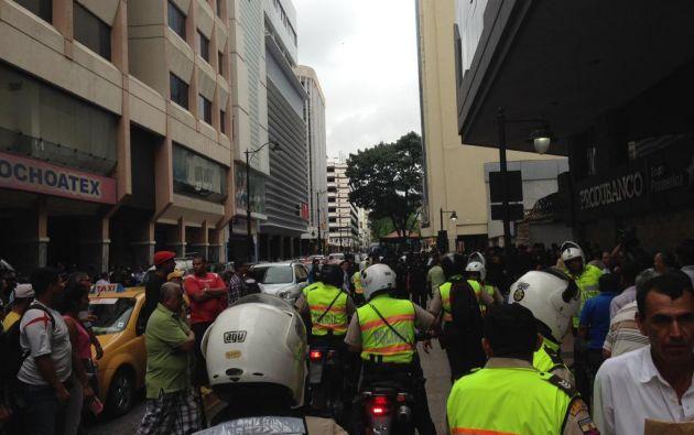 Luego de unos minutos, un grupo de policías acudió al sitio para terminar el incidente. Fotos: Ecuavisa / César Velástegui