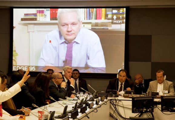 """El canciller recibió con """"beneplácito"""" el anuncio sobre la disposición de la justicia sueca de interrogar a Assange en la embajada en Londres."""