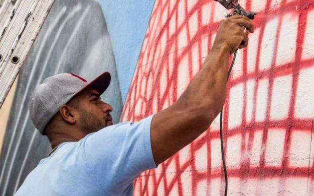 El brasileño Paulo Terra lideró al grupo de grafiteros que creó el mural.