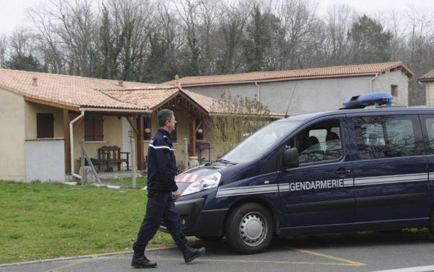 Un policía sale de la casa donde fueron encontrados los cuerpos de los cinco bebés. Foto: AFP