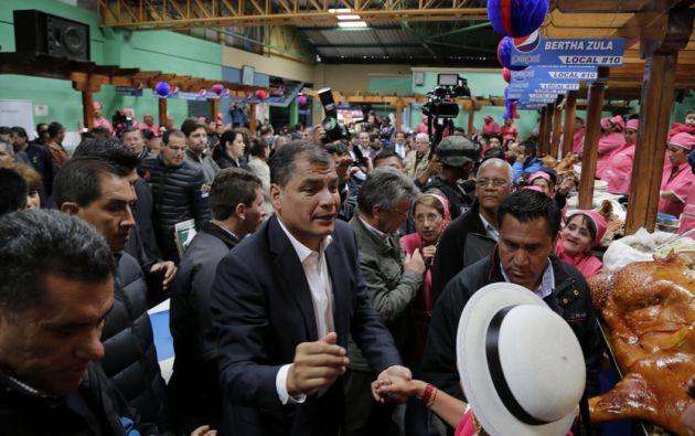 Correa en su recorrido por el Mercado La Merced este 20 de marzo, en Riobamba. Foto: Flickr / Presidencia de la República.