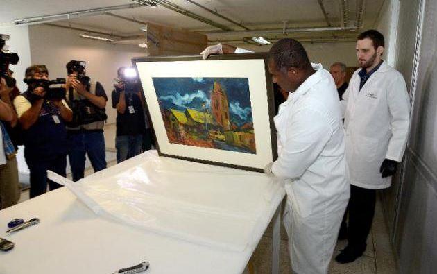 Experto del museo Oscar Niemeyer muestran las obras confiscadas. Foto: AFP