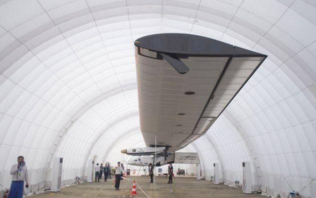 El equipo de Solar Impulse 2 tuvo que desplegar un hangar inflable ante la falta de infraestructura en Birmania. Foto: AFP
