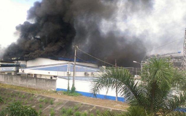 Unas 30 unidades y 100 elementos del Cuerpo de Bomberos trabaja en la extinción de las llamas. Foto: Bomberos de Guayaquil.