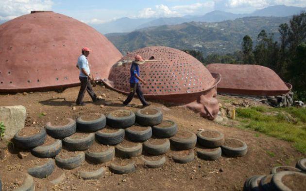 En Choachí, estas grandes estructuras con cúpulas aún incompletas irrumpen en el paisaje montañoso. Foto: AFP