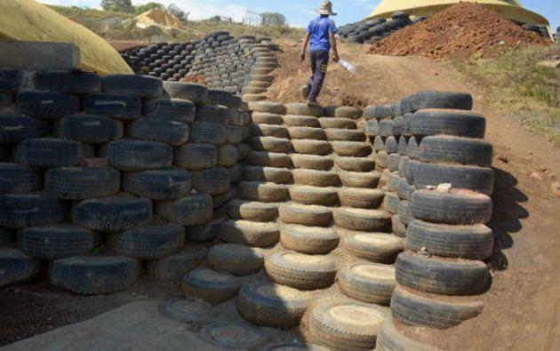 Cerca de 9.000 llantas sirvieron para construir en las paredes, muros de contención, jardineras, tejas, terrazas de cultivo y escaleras en los iglús de Choachí. Foto: AFP