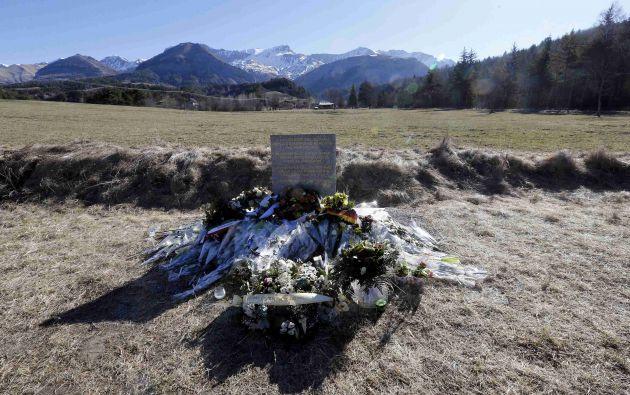Flores colocadas en honor a las víctimas del accidente, cerca del lugar donde se estrelló el avión. Foto: REUTERS