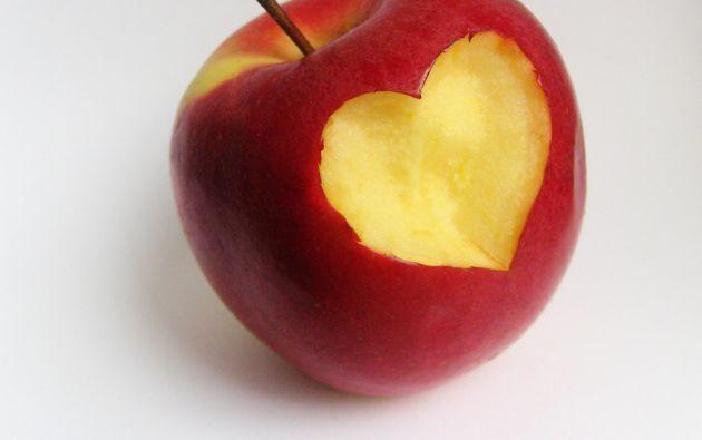 La investigación compara resultados médicos de personas que consumen manzanas regularmente (una pequeña al día o 149 gramos) con los de quienes no ingieren esta fruta de manera habitual.