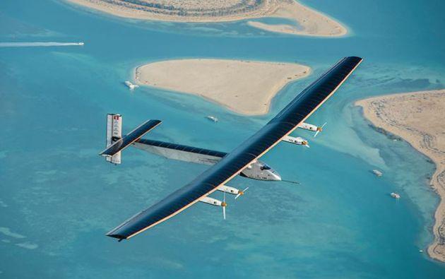 El Solar Impulse II, que se alimenta con más de 17.000 paneles solares, partió de Abu Dabi (Emiratos Árabes Unidos) el pasado 9 de marzo.