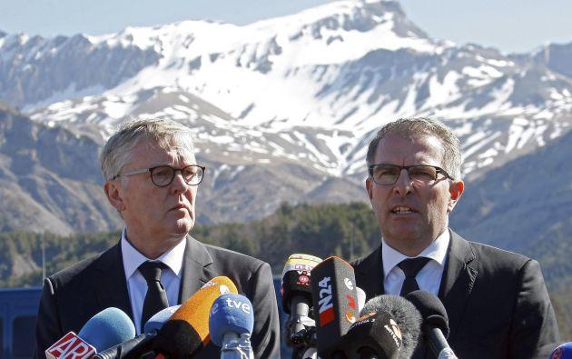 Los presidentes de Lufthansa y de su filial Germanwings visitaron la zona de los Alpes franceses en la que se estrelló el A320. Rindieron juntos un homenaje a las víctimas. Fotos: REUTERS.