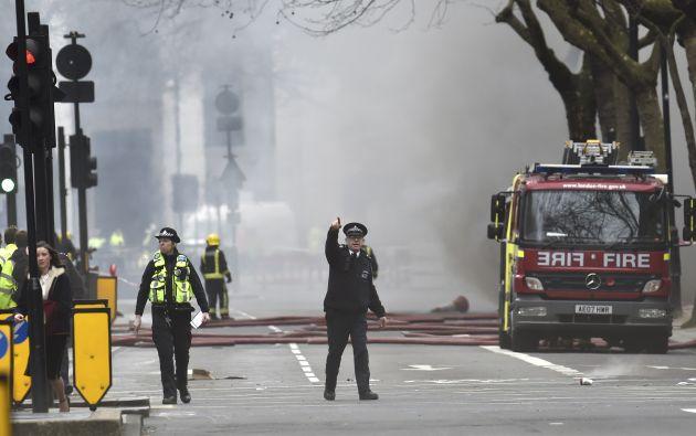 La alarma generada por el humo hizo que la policía desalojara decenas de edificios, incluido el teatro Lyceum. Fotos: REUTERS.