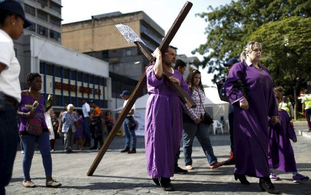 Un hombre carga una cruz durante una de las celebraciones de Semana Santa en Caracas (Venezuela). Foto: REUTERS