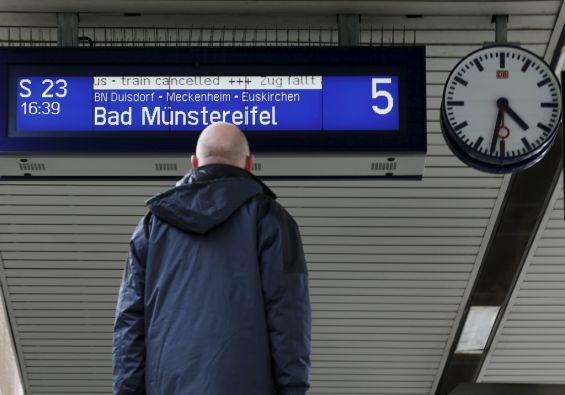 Muchos usuarios de ferrocarriles en Alemania se encontrarán todavía con retrasos por el ciclón Nicklas. Foto: REUTERS