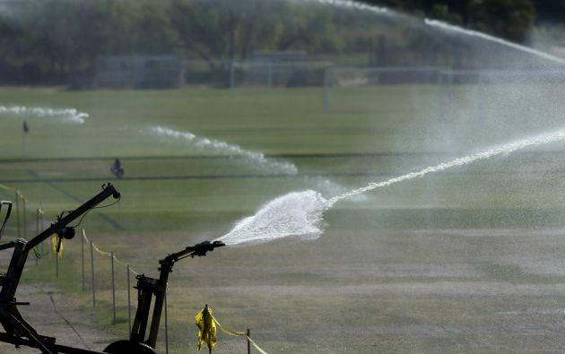 Cementerios, campos de golf, campus universitarios y otras instalaciones con grandes superficies de césped deberán recortar el uso de agua. Foto: REUTERS