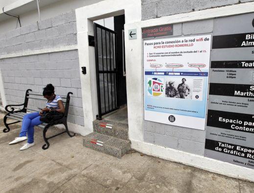 """El artista Alexis Leyva """"Kcho"""" decidió compartir su conexión de 2 megas de velocidad, todo un lujo en Cuba. Foto: REUTERS"""