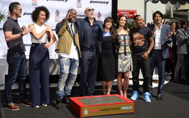 """Los actores de """"Fast & Furious"""" acompañaron a Vin Diesel en un acto para dejar sus huellas frente al Teatro Chino. Foto: AFP"""