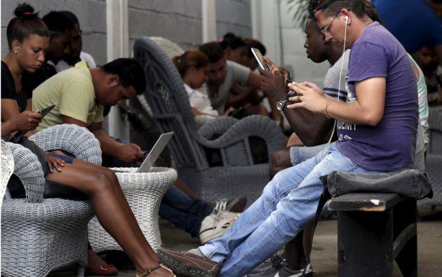 """El """"Kcho Estudio Romerillo"""" se convirtió en punto de encuentro para más de un centenar de personas cada día. Foto: REUTERS"""