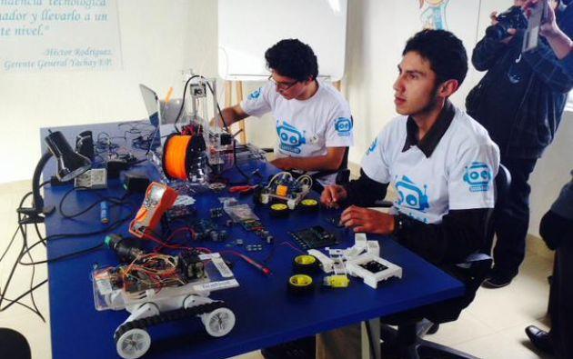 Desde un computador, los pequeños usuarios, tienen la facilidad de programar los movimientos del robot. Fotos: Twitter / Ciudad Yachay