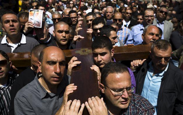 En la Vía Dolorosa de la Ciudad Vieja dio comienzo la marcha que compartieron los congregados para recordar el sufrimiento de Jesús. Fotos: REUTERS.