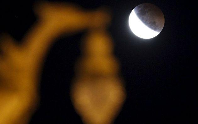 El eclipse total de Luna se pudo apreciar en las afueras de Bangkok, Tailandia. Foto: REUTERS